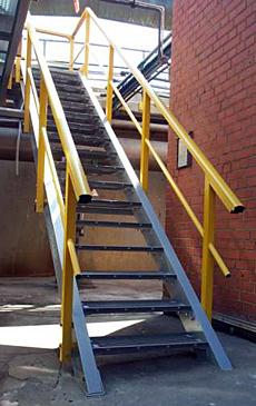 GVK trap, volledig gemaakt uit glasvezelversterkende polyester profielen en traptreden.